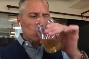 (Видео) Кандидат за градоначалник на Лондон си ја испи урината
