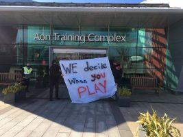 Навивачи на Манчестер јунајтед го блокирале влезот во тренинг-центарот