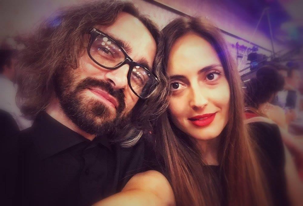 Сопругата на Апасиев им се налути на жените што го осудуваат доењето во јавност: Свртете глава ако не ви чини