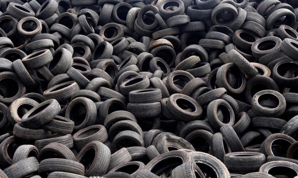 Старите гуми се корисни на многу начини: се мешаат во асфалт, а од нив се добива и дизел гориво!