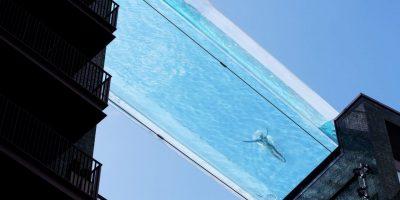 Пливање на висина од 35 метри: Лондон доби проѕирен базен кој поврзува две згради