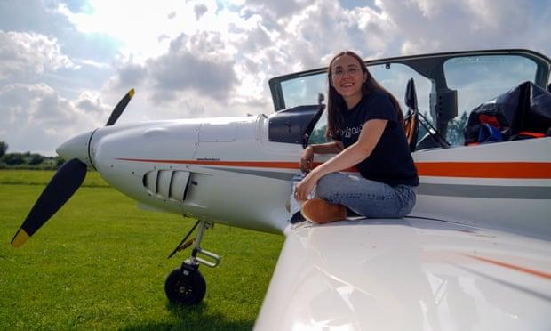 Тинејџерка сама ќе лета околу светот со својот авион