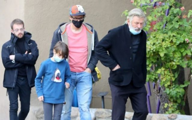 Алек Болдвин дојде на комеморацијата на убиената снимателка заедно со нејзиниот син и сопруг