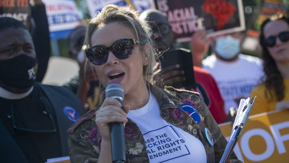 Алиша Милано уапсена на протест пред Белата куќа