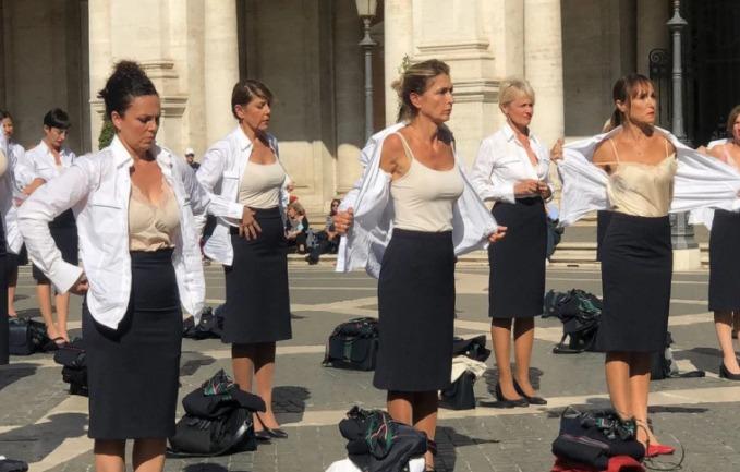 (Видео) Италијански стјуардеси се соблекоа на плоштад среде Рим во знак на протест за изгубените работни места