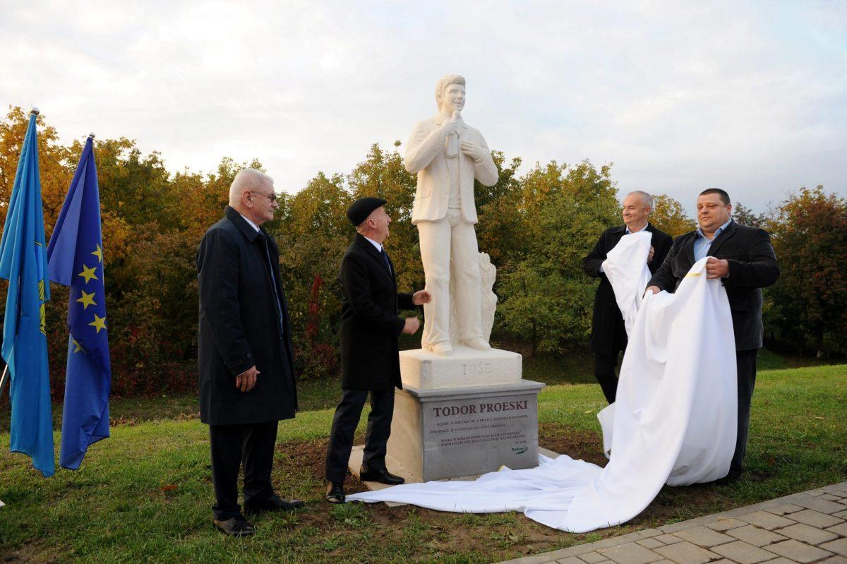 (Галерија) Свечено откриен споменикот на Тоше Проески во Хрватска: Статуата е симбол на пријателството меѓу Крушево и Нова Градишка