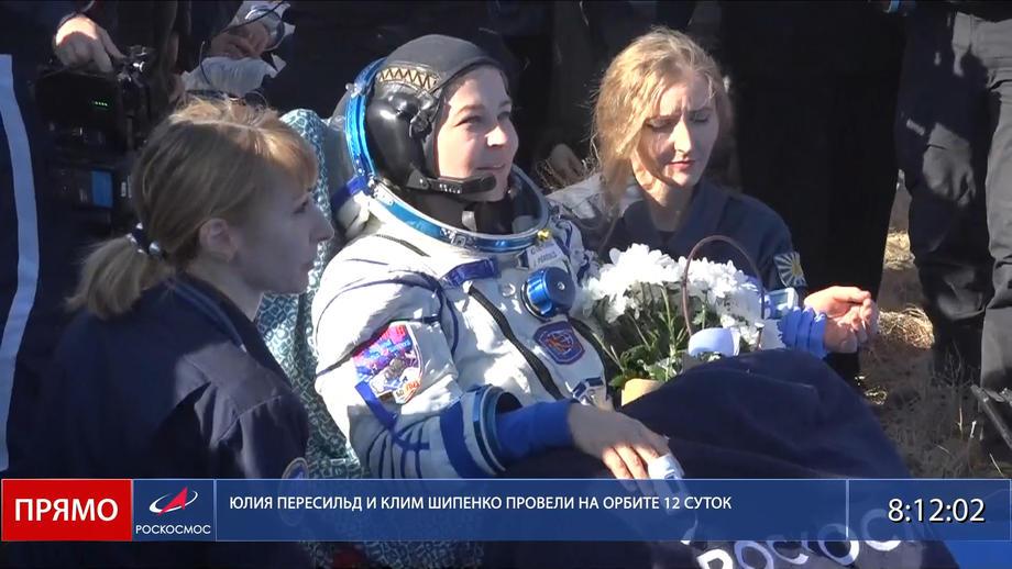 Руската филмска екипа се врати на Земјата откако снимаше филм во вселената (ВИДЕО)