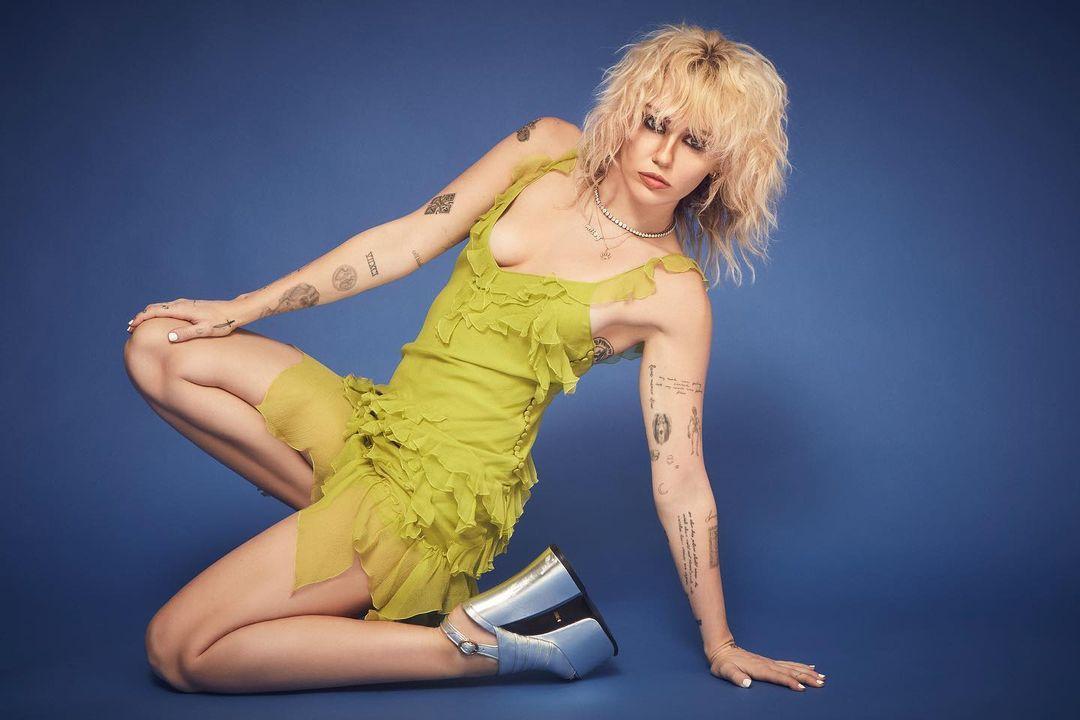 """(Фото) Мајли Сајрус топлес на насловната страница на магазинот """"Интервју"""""""